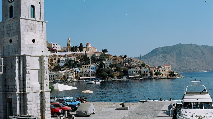 la Torre del Reloj es uno de los símbolos del puerto de Symi. Al fondo puede verse la preciosa Iglesia de la Anunciación. unicellular.