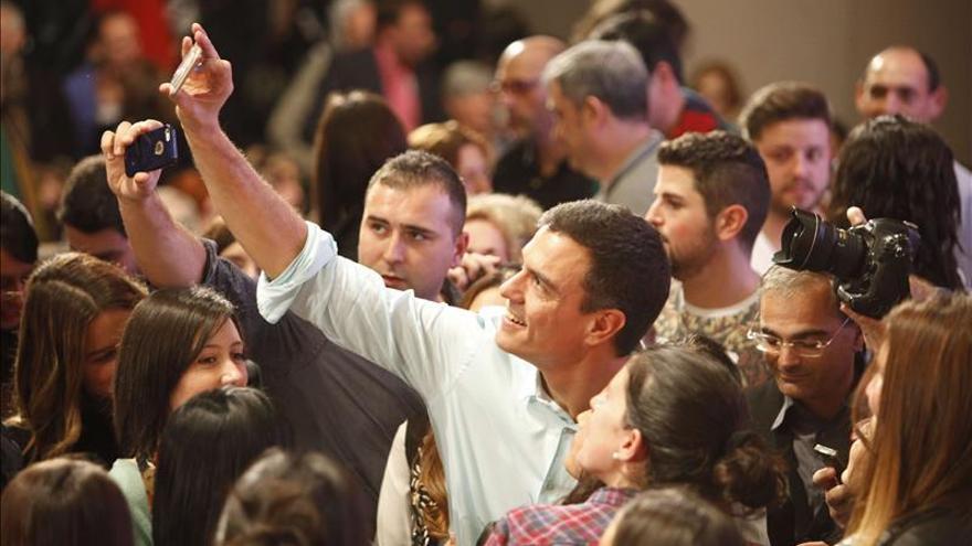 Pedro Sánchez haciéndose un 'selfie'