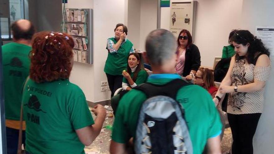 Miembros de la PAH han tomado la oficina de Liberbank de Amos Escalante, en Santander. | PAH