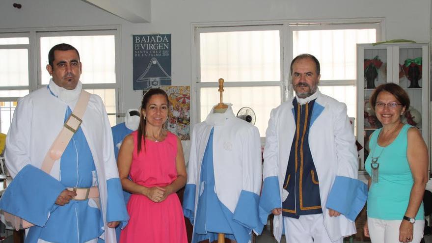 En la imagen, Marta Poggio (izquierda) y Raquel de Paz, responsable del Taller de Costura, con dos miembros de 'Los Doce de su Majestad'