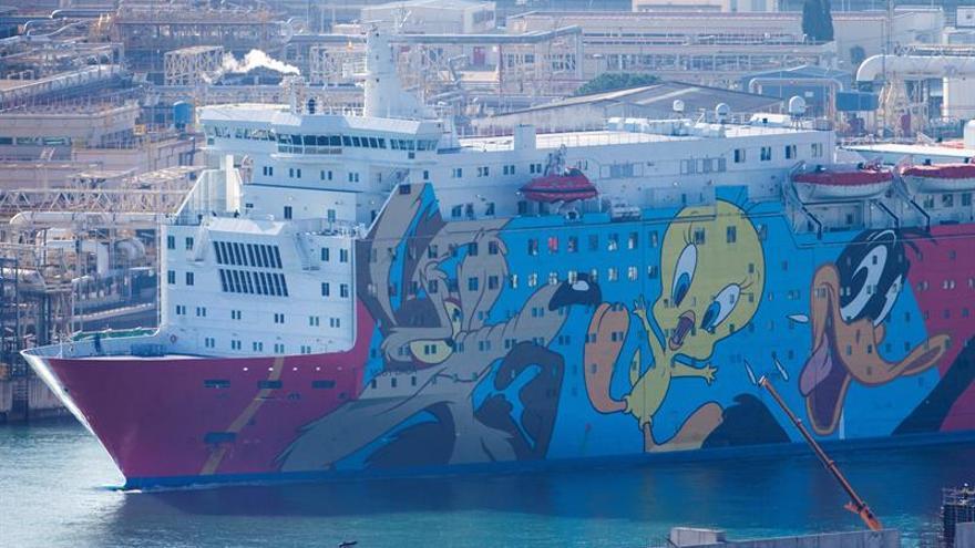 El barco 'Piolín' abandona Barcelona tras casi dos meses alojando a policías