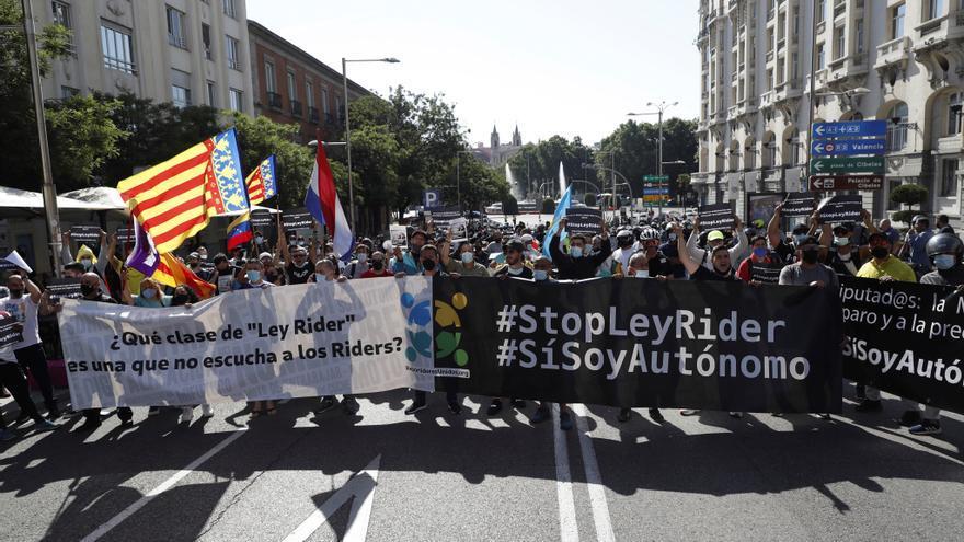 """Manifestación de """"riders"""" frente al Congreso de los Diputados."""