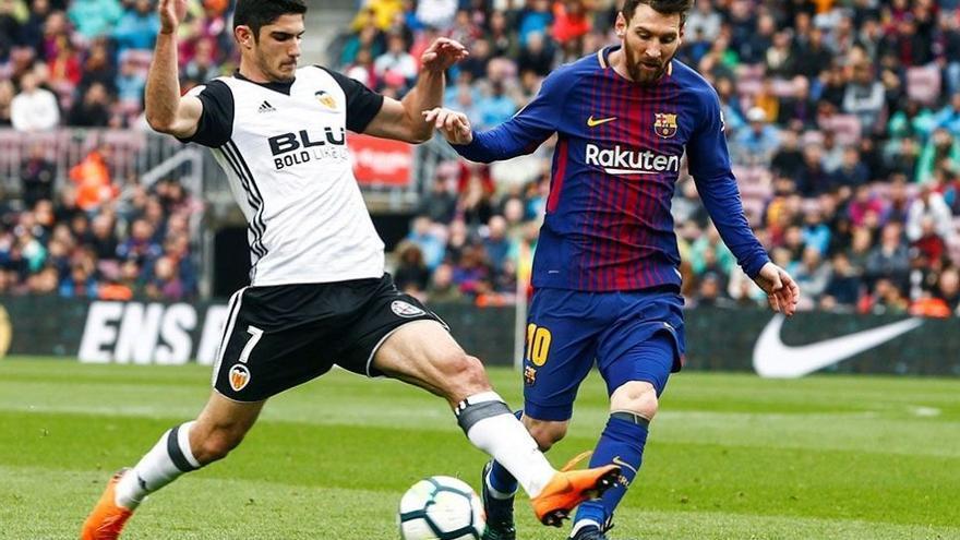 Gonçalo Guedes y Leonel Messi pugnan por un balón.