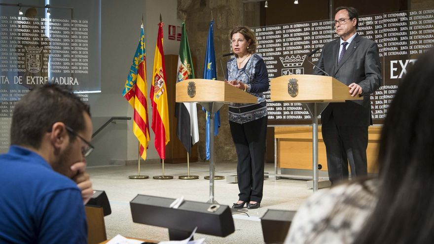 La consejera de Hacienda de Extremadura, Pilar Blanco-Morales, y su homólogo valenciano,Vicent Soler