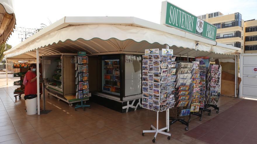 Una tienda de souvenirs en el sur de Gran Canaria este miércoles 8 de abril.