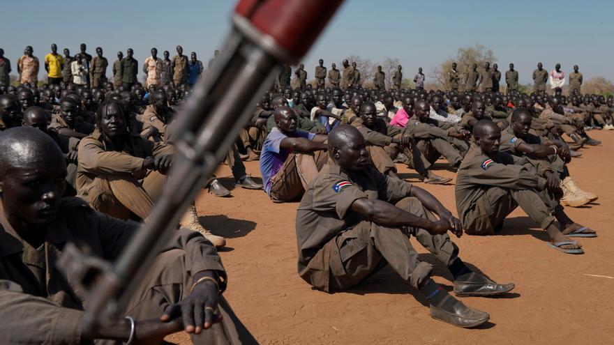 Las fuerzas de defensa del pueblo de Sudán del Sur (SSPDF), la Alianza de Oposición de Sudán del Sur (SSOA) y los soldados del Movimiento de Liberación del Pueblo de Sudán en Oposición (SPLM-IO) se reúnen en Gorom, Sudán del Sur// REUTERS / Andreea Campeanu