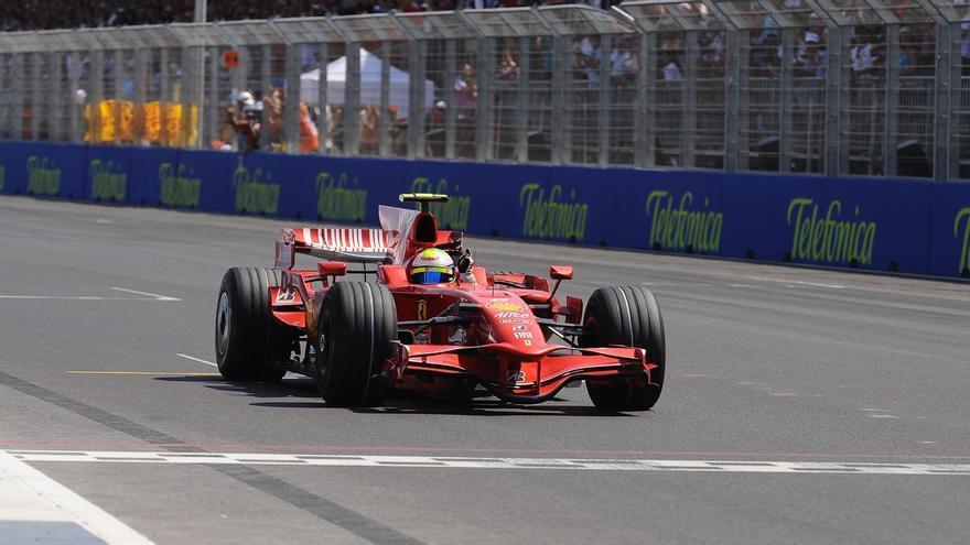 El brasileño Felipe Massa rueda con el Ferrari por el circuito urbano de Valencia en 2008