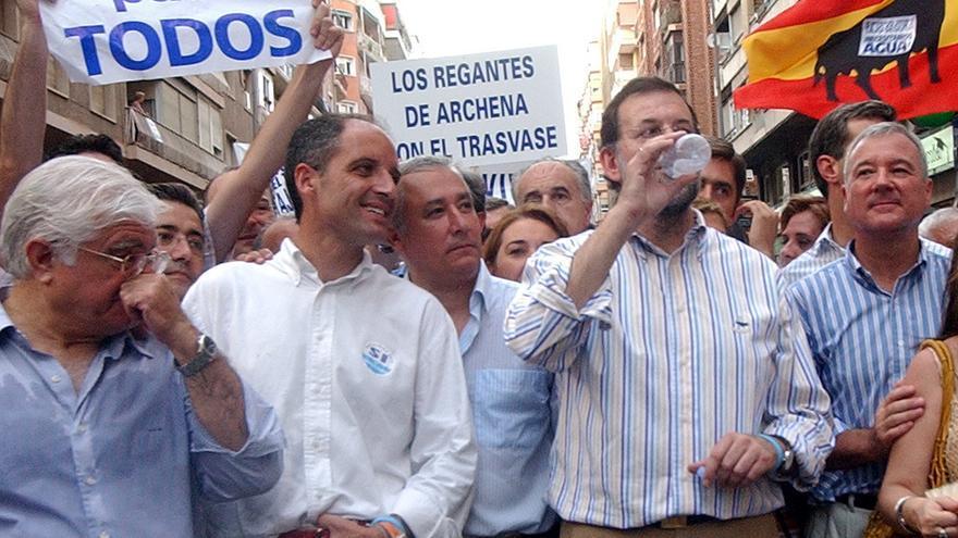 Mariano Rajoy junto a Francisco Camps y otros líderes autonómicos del PP en una manifestación a favor del trasvase del Ebro, en 2005