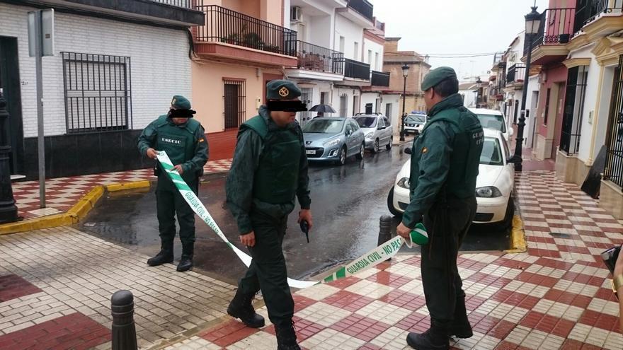 Agentes de la Guardia Civil acordonan la vivienda en Almonte de la joven detenida. FOTO: P. Jara.
