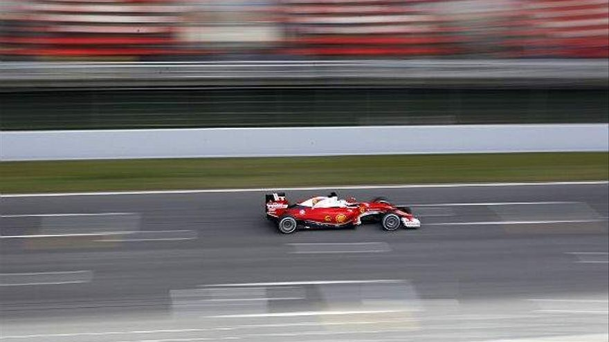 Un coche de Fórmula 1 pasa por la recta del circuito de Montmeló