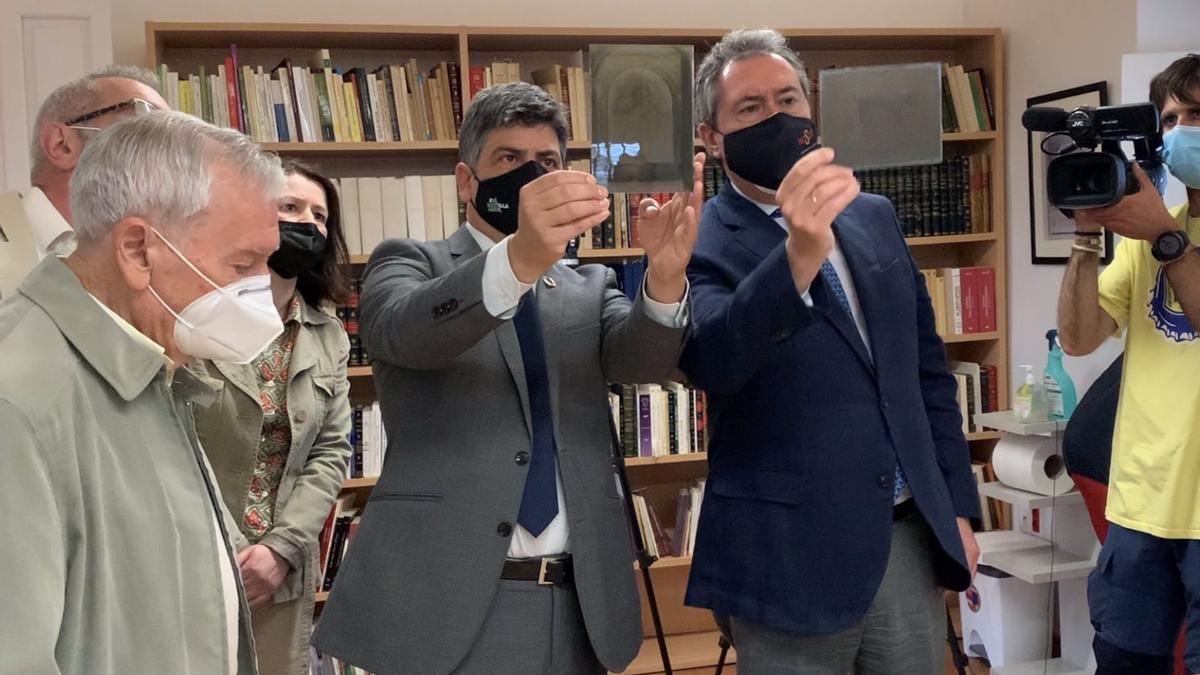 Los alcaldes de Montilla y Sevilla con los negativos