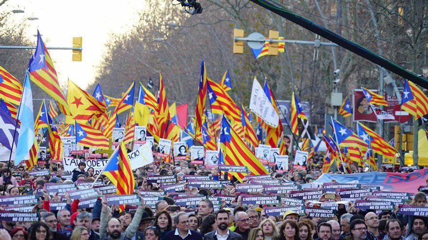 Los principales líderes políticos y sociales independentistas, tras la pancarta de la manifestación
