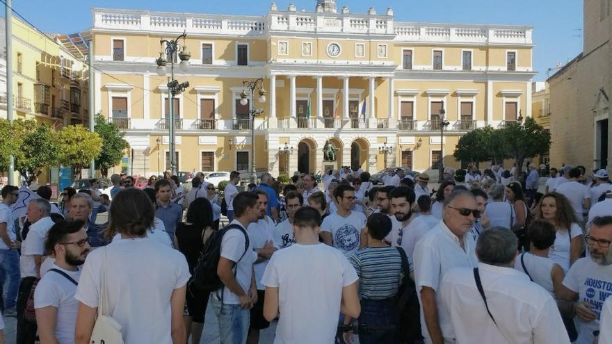 Concentración a las puertas del Ayuntamiento de Badajoz / @AsambleaUEx