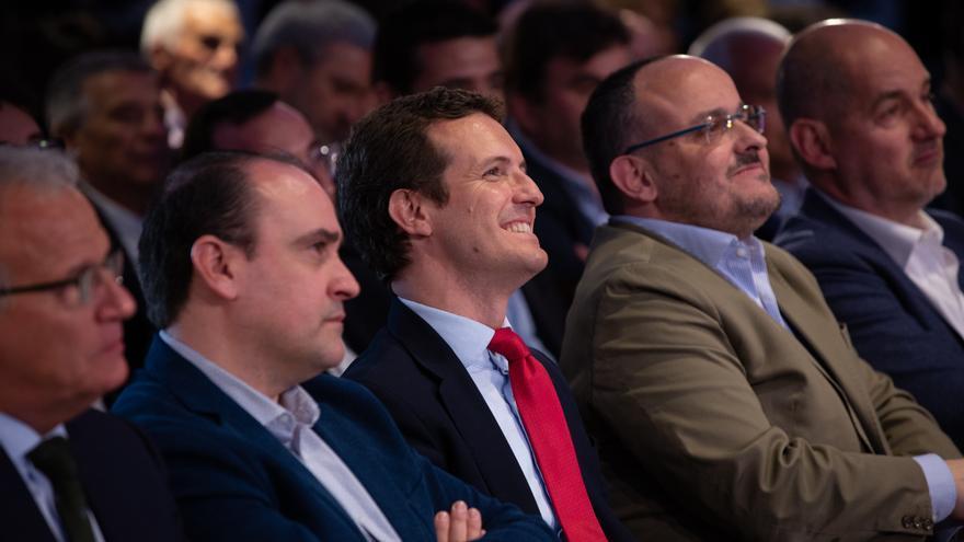 El presidente del Partido Popular, Pablo Casado, y  el presidente del PP en Cataluña,  Alejandro Fernández, durante un mitin en Barcelona.