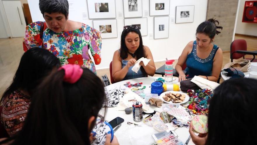 Mujeres participan en un taller de bordado este miércoles en el Museo de la Memoria y los Derechos Humanos en Santiago (Chile), donde fue presentada la primera de una serie de intervenciones artísticas con motivo de la conmemoración de dos meses de protestas populares por todo el país.