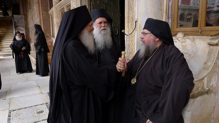 Religiosos cristianos ortodoxos en un templo del Monte Athos.