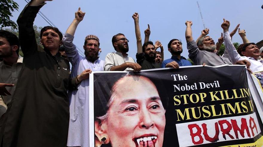 Suu Kyi dice que no elude responsabilidades y está con quien sufre