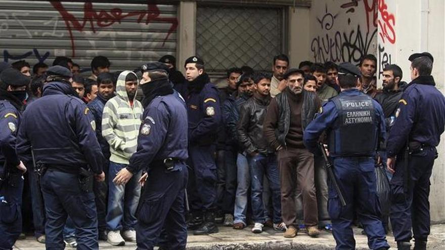 Imagen de archivo: Redada en Grecia, policias identifican a personas inmigrantes