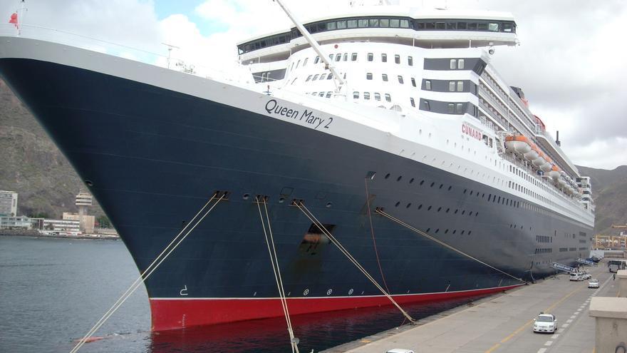 El crucero 'Queen Mary 2', durante una escala en Tenerife