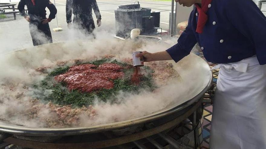 La semifinal del concurso de paellas de Sueca atrae a miles de personas en Tokio