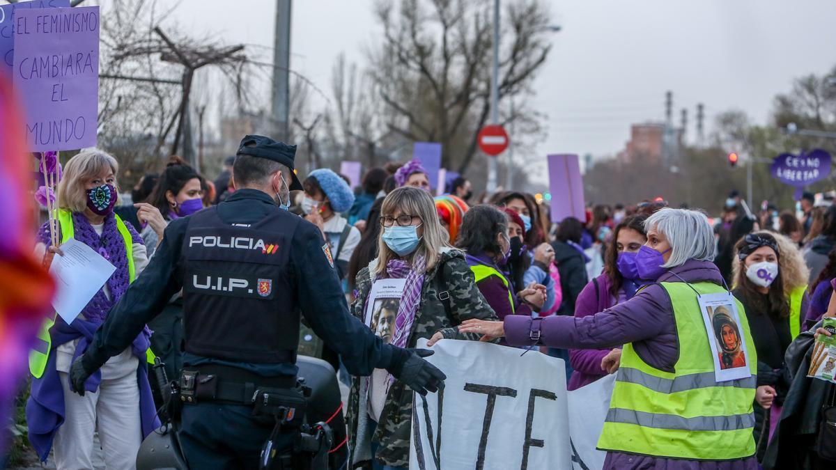 Varias mujeres participan en una marcha y batukada feminista en el CIE de Aluche, en Madrid, a 5 de marzo de 2021. Esta protesta estaba autorizada.
