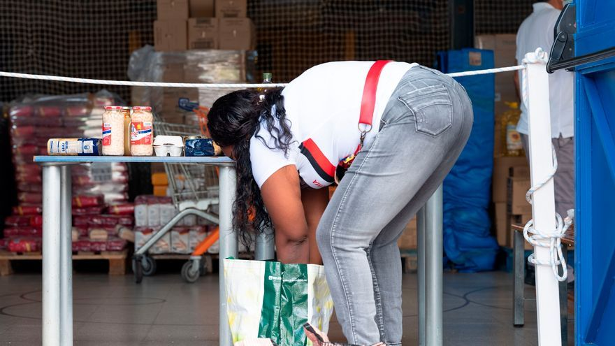 Una vecina de Lloret de Mar (Girona), recogiendo comida del banco de alimentos, el pasado 15 de mayo.