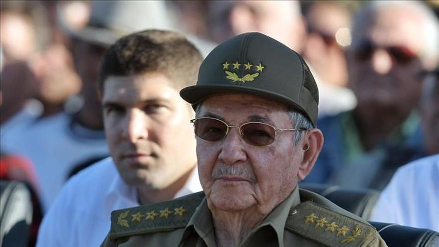 Raúl Castro recibe al ministro de Angola en visita oficial a Cuba
