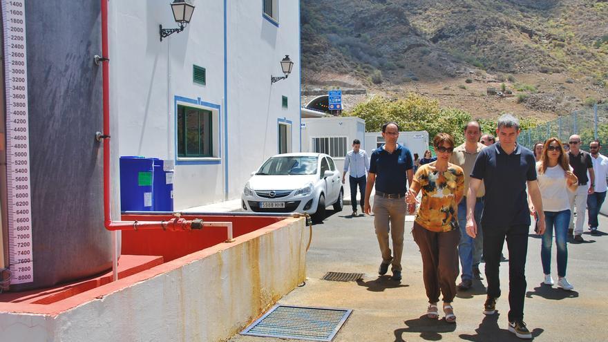 Onalia Bueno y Fernando Clavijo en la EDAR de Barranco de Mogán durante la visita del presidente canario al municipio