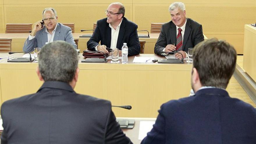 Casimiro Curbelo, Anselmo Pestana, Alpidio Armas de fondo, y Mario Cabrera y Carlos Alonso de espaldas, en la asamblea de la FECAI. (EFE/Cristóbal García)