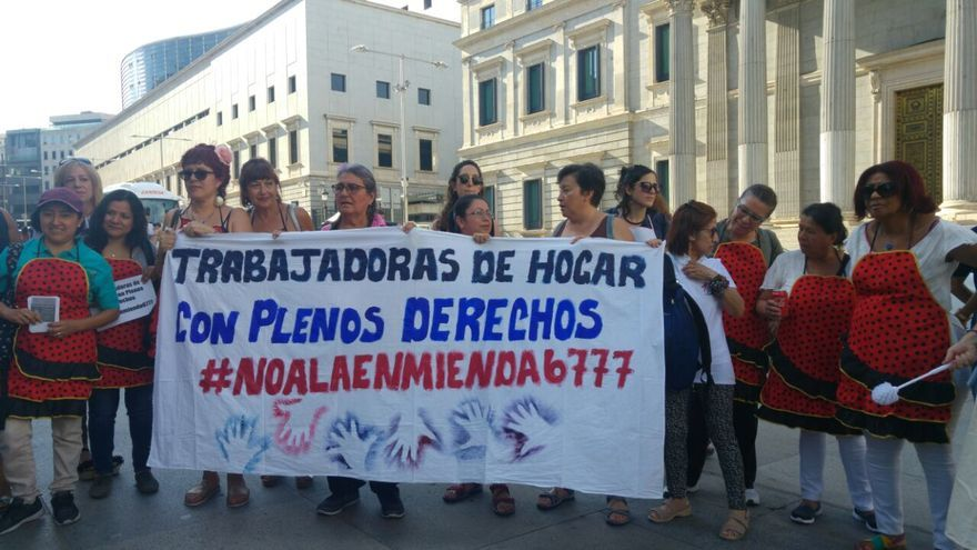 Manifestación de empleadas del hogar frente al Congreso.