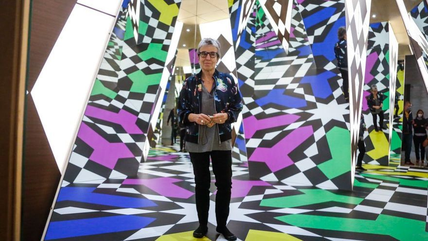 Anna Freixas en el interior de 'Alhambra', la instalación de Juan Serrano en el C3A