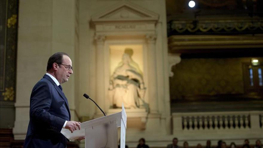Hollande comparece ante la prensa con la vista puesta en los ataques de enero