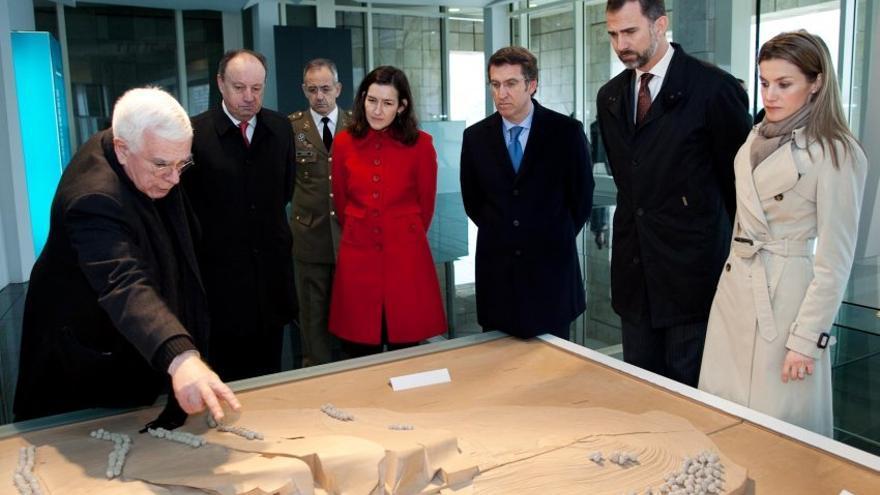Peter Eisenmann explica su proyecto sobre la maqueta de la Ciudad de la Cultura durante la inauguración en 2011 de los dos primeros edificios