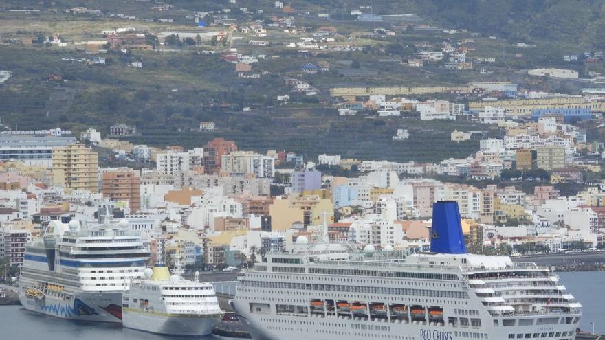 Los cruceros 'Aida Stella', 'Oriana' y 'Hambur', el pasado viernes, 29 de marzo, en el Puerto de Santa Cruz de La Palma