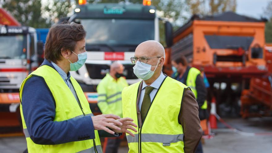 Archivo - El consejero Ciriza y el director general de Obras Públicas e Infraestructuras, Pedro López, durante una visita al centro de conservación de autovías de Irurtzun.
