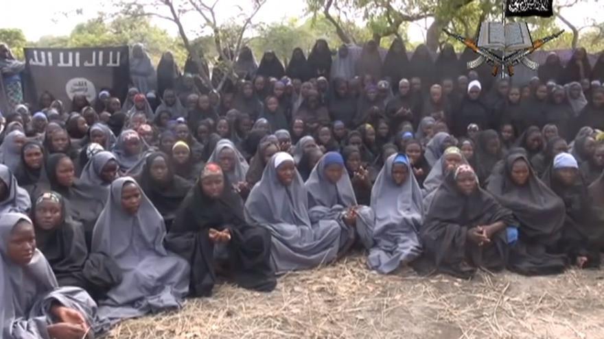 Imagen de las niñas secuestradas en el vídeo de Boko Haram al que ha tenido acceso AFP.