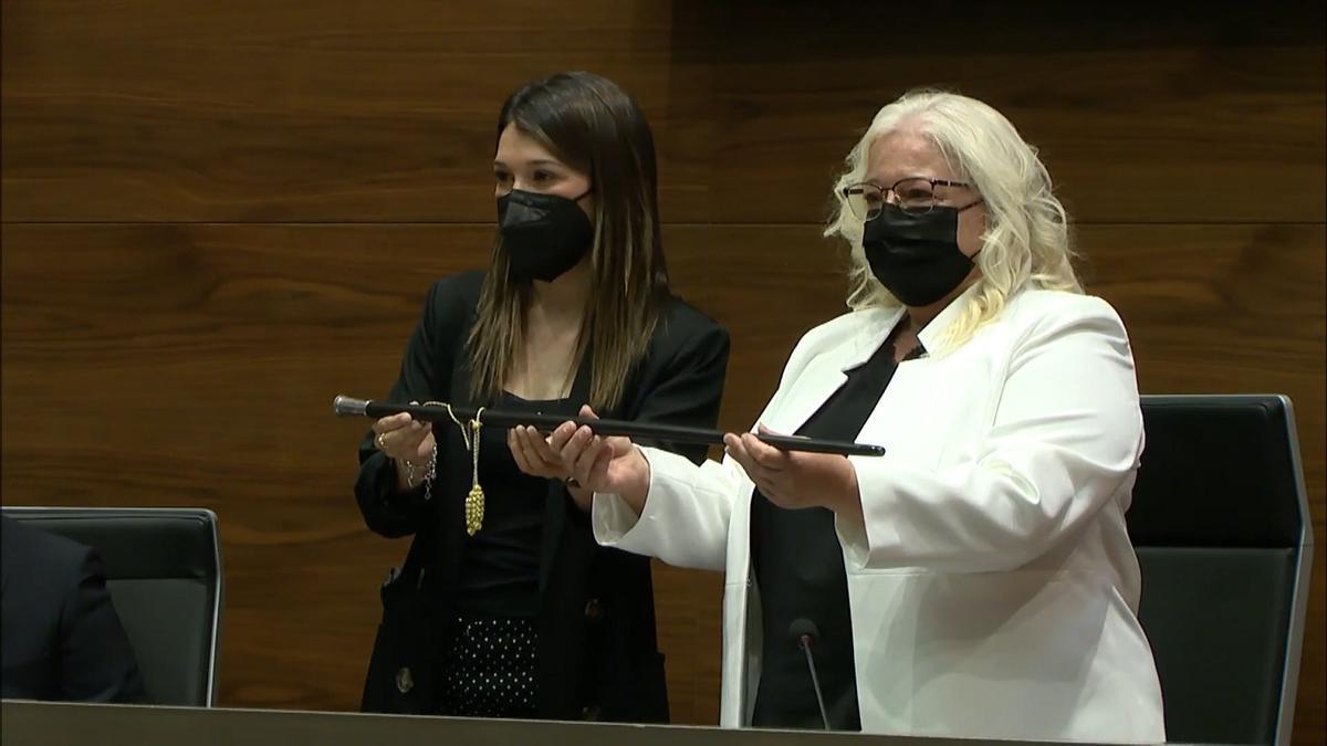 María Jiménez (izquierda) cede la vara de mando a Araceli de Moya (derecha)