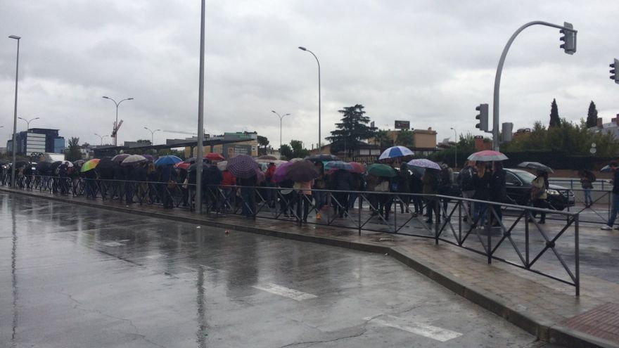 Largas colas de viajeros en Canillejas, esperando el autobús a Guadalajara, el pasado 19 de octubre