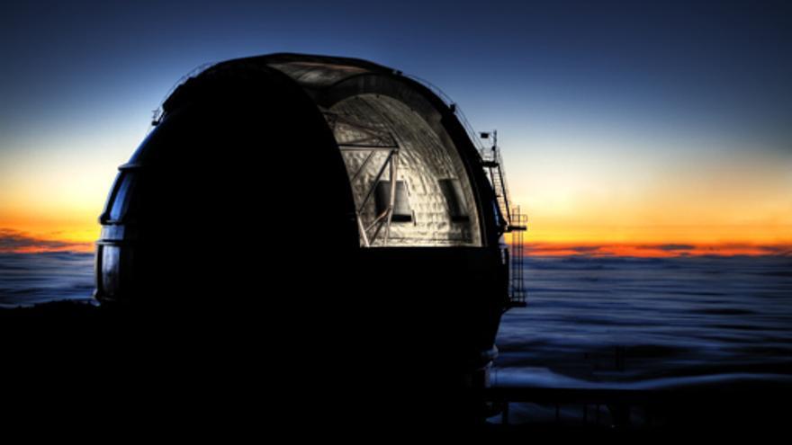 El Gran Telescopio Canarias (GTC), con la cúpula abierta al atardecer. Autor: Pablo Bonet.