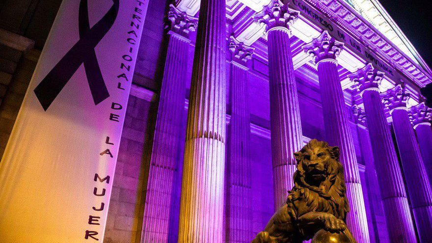 El Congreso de los Diputados, iluminado de morado el 8 de marzo.