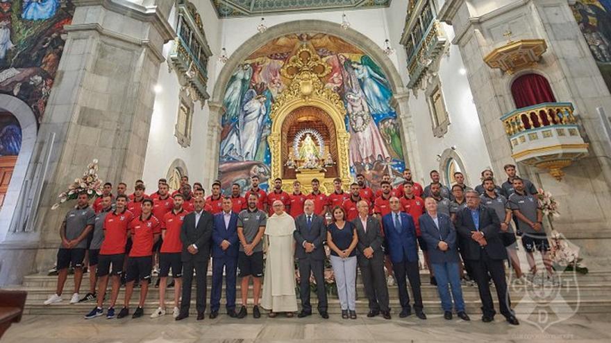 La plantilla del CD Tenerife, en la ofrenda a la Virgen de Candelaria