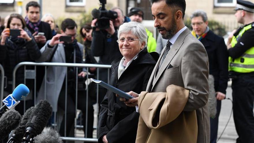 Ponsatí, junto a su abogado antes de entrar en comisaría
