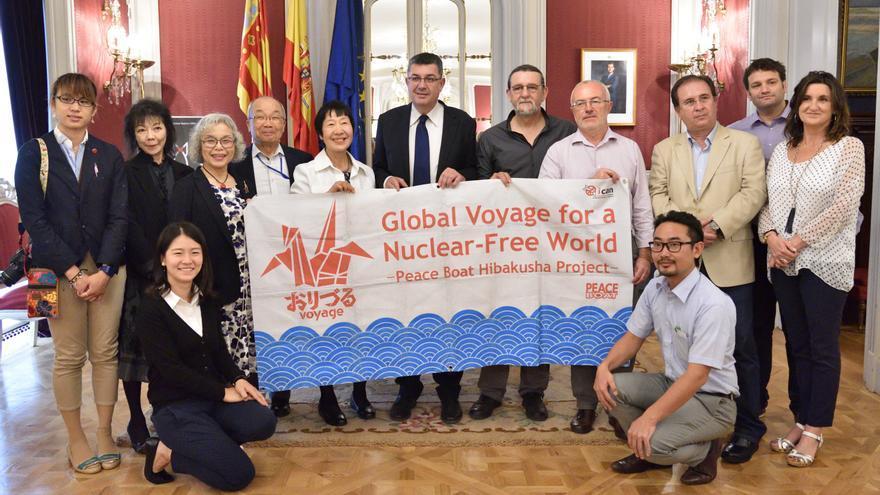 El president de las Corts, Enric Morera, recibe a la delegación del 'Peace Boat' que ha llegado hoy a Valencia
