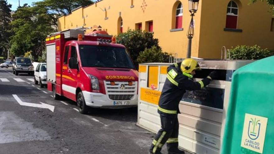 Un bombero inspecciona en la mañana de este domingo el contenedor incendiado esta madrugada. Foto: BOMBEROS LA PALMA.