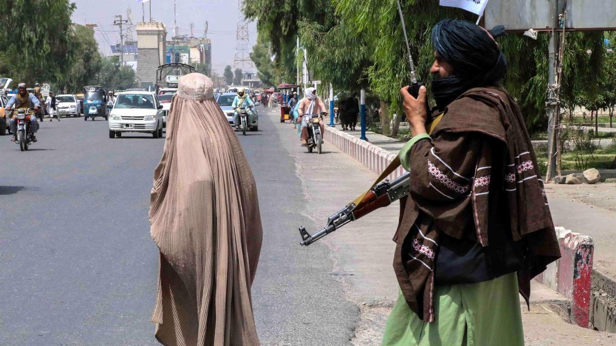 Un talibán patrulla en las calles de Kandahar