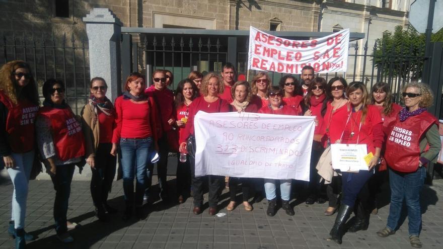 """Asesores de empleo protestan ante el Parlamento y no creen que unas oposiciones sea solución ante la """"discriminación"""""""