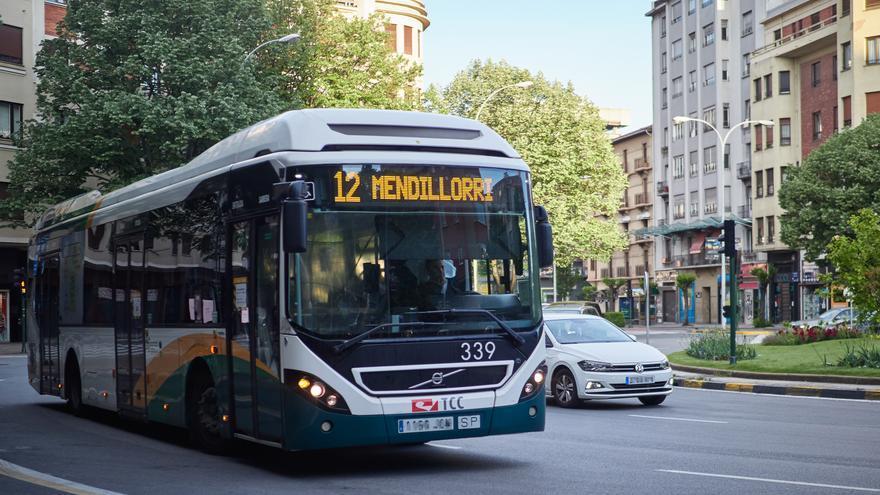 Archivo - Un autobús urbano circula por una calle de Pamplona un día después de que el Gobierno anunciara las medidas de desescalada por la pandemia del coronavirus, en Pamplona (Navarra) a 29 de abril de 2020.