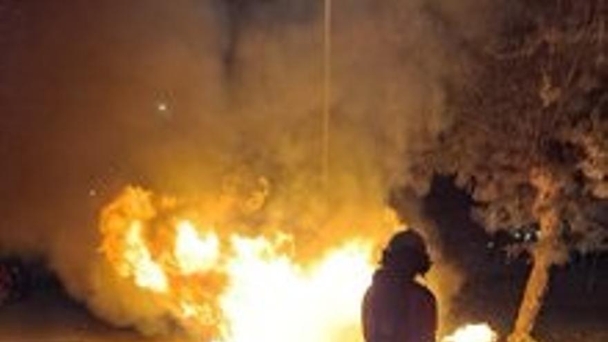 Bomberos de Santander sofocan de noche un incendio que afectó a cuatro contenedores