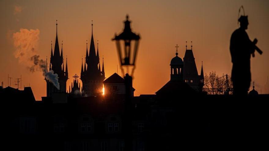El sol sale por el horizonte en la ciudad de Praga, República Checa.