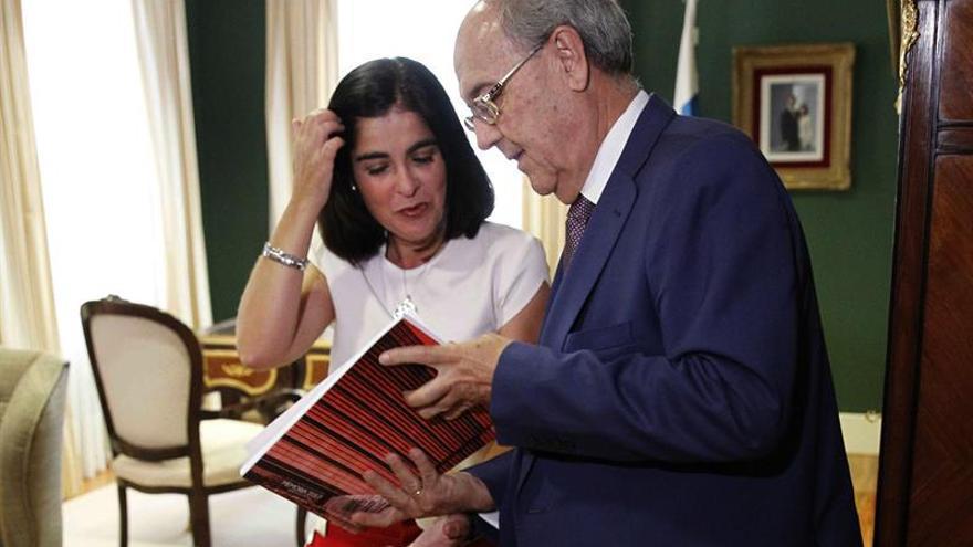 El fiscal superior de Canarias, Vicente Garrido, entregó hoy a la presidenta del Parlamento canario, Carolina Darias, la memoria de la Fiscalía de la Comunidad Autónoma correspondiente al ejercicio 2016.